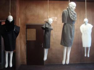 Projekt Polarita si hraje se splynutím skleněného šperku a oděvu.