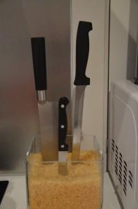 Nože zapíchnuté v misce s rýží