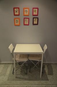 Obrázky ze starých knížek + barevné rámečky z IKEA = dekorace za pár kaček